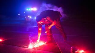 Un policier balise avec des fumigènes les routes menant à l'usine Arkema, près de Crosby au Texas, le 31 août 2017 .