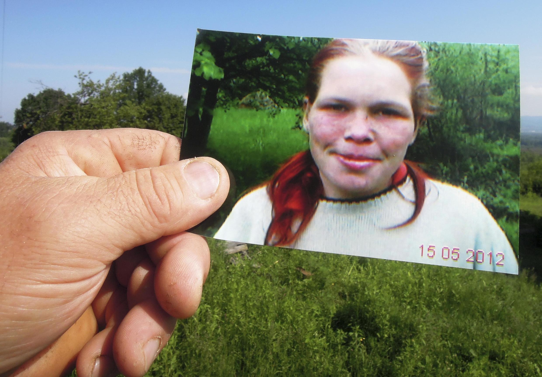 Vizinho que alertou a polícia divulgou uma foto da jovem alvo de maus-tratos.