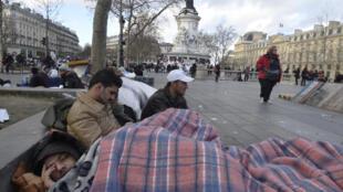 2015年12月21日法國巴黎共和國廣場上的來自阿富汗的難民和移民。