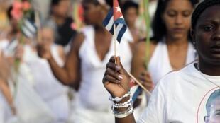 Những người phụ nữ áo trắng trong một cuộc tuần hành đòi trả tự do cho chồng con họ đang bị chính quyền bắt giam.