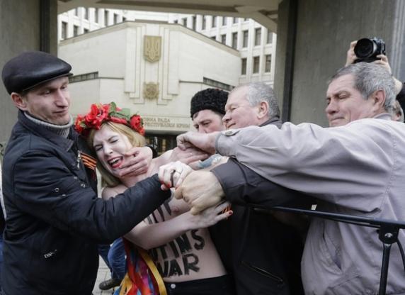 FEMEN устроили акцию перед Верховной Радой Крыма