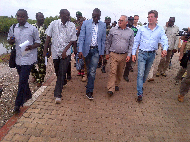 Le ministre délégué au Développement, Pascal Canfin, lors de sa visite à Tobor, en compagnie de ses homologues sénégalais accompagné de Mor Ngom et Haïdar el Ali, le 13 septembre 2013.