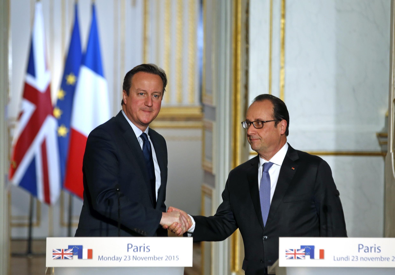Presidente François Hollande e primeiro-ministro britânico David Cameron no Palácio do Eliseu, segunda-feira 23 de Novembro