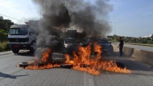 Incendie sur l'autoroute près de Tripoli: les proches des soldats encore détenus par le Front al-Nosra crient leur colère après l'exécution de Ali Bazzal le 5 décembre 2014.