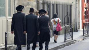 Des juifs orthodoxes dans les rues de Paris, le 12 juillet 2013.