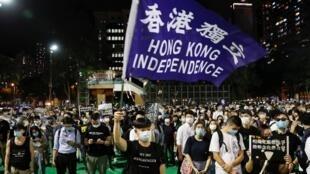 Waandamanaji wakilaani ukandamizaji na mauaji yaliyotokea katika eneo la Tiananmen Square huko Beijing mwaka1989 huko Victoria Park, Hong Kong, Juni 4, 2020.