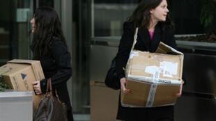 A Londres, deux employées quittent la banque Lehman Brothers avec leurs cartons, le 15 septembre 2008.
