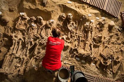 Les équipes de l'Inrap ont mis au jour près de 200 squelettes qui dormaient depuis plusieurs siècles dans les tréfonds d'un supermarché parisien.