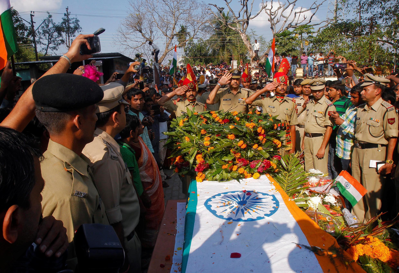 印度邊境部隊士兵哀悼遇難同事 2016年11月25日