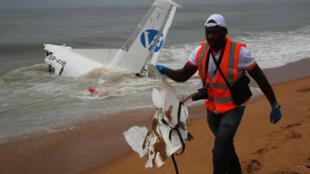 У побережья Кот-д'Ивуара разбился транспортный самолет, арендованный французской армией. Погибли четыре человека.