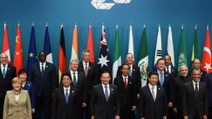 Traditionnelle photo de famille à mi-parcours du sommet des chefs d'Etat et de gouvernement dfes pays du G20. On y distingue au premier rang Angela Merkel, Barack Obama, Tony Abbott, Shinzo Abe et Xi Jinping.