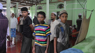 Người Hồi giáo Rohingya tham dự buổi cầu nguyện thứ Sáu tại Rakhine, ngày 10/06/2016.