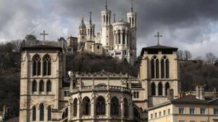 La cathédrale Saint-Jean et la basique Notre-Dame-de-Fourvière de Lyon, dont le diocèse est désormais dirigé par Mgr de Germay.