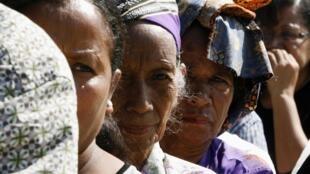 東帝汶一處投票站前排隊準備投票的婦女