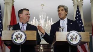 Le nouveau secrétaire d'Etat américain John Kerry (D) et son homologue canadien John Baird (G), le 8 février 2013 à Washington.