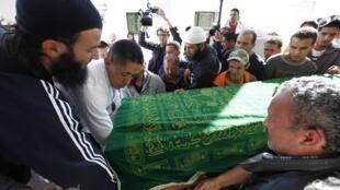 Obsèques de Khaled Karoui, tué lors d'affrontements avec la police dans le quartier de Douar Icher, jeudi 1er novembre 2012 à Tunis.