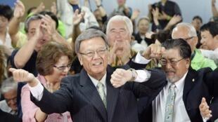 Takeshi Onaga célèbre son élection au poste de gouverneur de l'île d'Okinawa, le 16 novembre 2014.