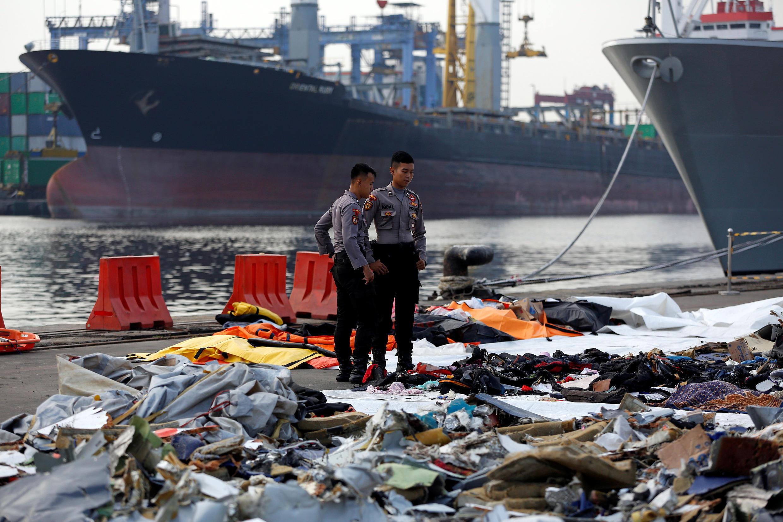 Policía indonesia busca las pertenencias de los pasajeros del vuelo siniestrado de Alion Air