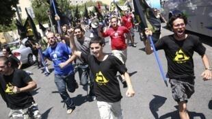 Jóvenes israelíes manifiestan delante del Parlamento, mientras los diputados debaten sobre la crisis social que sacude al país, el 16 de agosto de 2011.