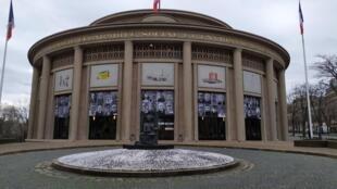 Le Palais d'Iéna abrite le Conseil Economique Social et Environnemental où se sont déroulés les débats. Au-dessus des portes, portraits des 150 citoyens participant à la Convention.