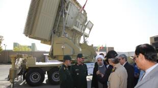 Le président Hassan Rohani, devant le système de défense antiaérienne Bavar 373, la version iranienne du missile S-300 russe, le 21 août 2016.