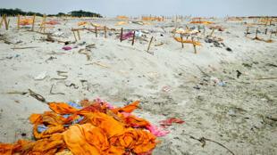 Inde - mystère morts du Gange _ Côme Bastin _ Ghats de Shringverpur - corps enfouis dans le sable - Grand reportage