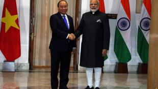 Thủ tướng Việt Nam Nguyễn Xuân Phúc (T) gặp đồng nhiệm Ấn Độ Narendra Modi, New Delhi, 24/01/2018.