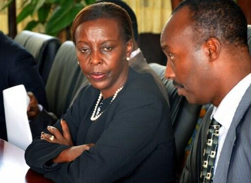 La ministre des Affaires étrangères, Louise Mushikiwabo (g) avec le chef d'état-major Charles Kayongaher