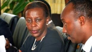 La ministre rwandaise des Affaires étrangères, Louise Mushikiwabo (g) avec le chef d'état-major Charles Kayongaher