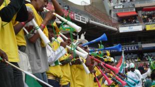 Wasu masoya kwallon kafa na busa Vuvuzela