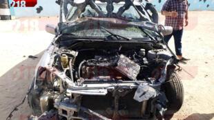 Les restes calcinés d'une voiture près du lieu d'un attentat de l'Etat islamique (EI) contre un checkpoint en Libye, le 23 août 2018.
