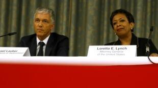 El fiscal general suizo, Michael Lauber , y la fiscal general norteamericana, Loretta Lynch en conferencia de prensa conjunta sobre la corrupción en la FIFA.