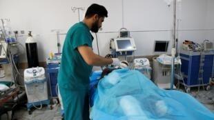 Médico atende vítima de ataque contra centro de detenção de migrantes nas redondezas de Trípoli