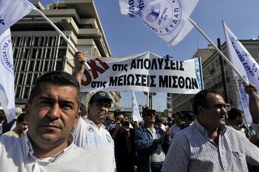 En Grèce, des fonctionnaires manifestent contre les mesures d'austérité, à Athènes, le 5 octobre 2011.