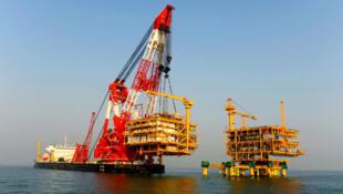 Ảnh minh họa : Tàu cẩu lớn nhất thế giới Lam Kình (Lanjing) của Trung Quốc.