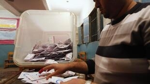 Подсчет голосов на одном из избирательных участков Каира