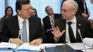 O presidente da Comissão Europeia, Durão Barroso ao lado do presidente do Conselho Europeu, Herman Van Rompuy participam de cúpula da UE para renegociar detalhes do futuro orçamento do bloco.