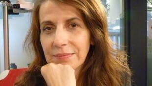 La artista catalana Anna Malagrida en los estudios de RFI en París.