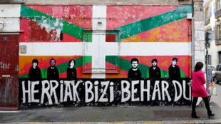 """""""O povo quer viver"""" em basco é a frase pintada no muro no centro de Bayonne, capital do País Basco francês, em 7 de abril de 2017"""