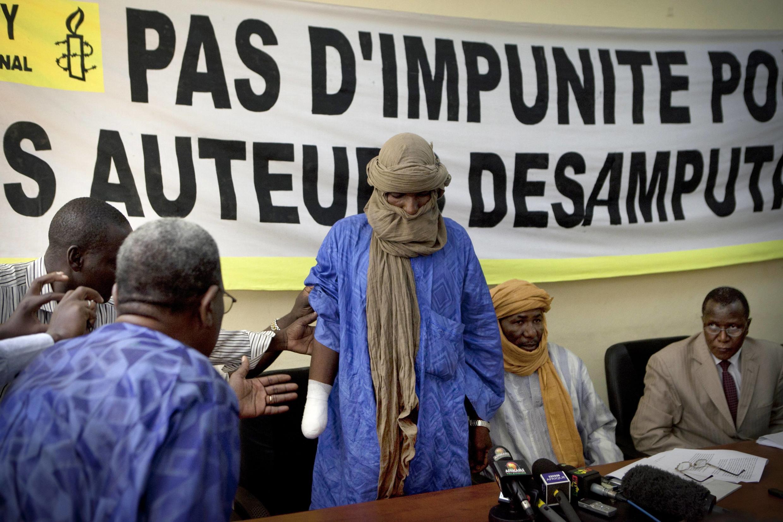 Alhader Ag Mahamoud, víctima de una amputación infligida por el Mujao (Movimiento por Unidad e Yihad en África del Oeste) durante una conferencia de prensa con Amistía Internacional en Bamako, el 20 de septiembre de 2012.