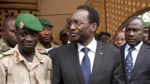 Le président malien par intérim Diouncounda Traore (c) s'adresse au capitaineSanogo (g) au camp militaire de Kati, le 9 avril 2012.