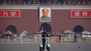 Cảnh sát Trung Quốc đi tuần tra trên quảng trường Thiên An Môn, Bắc Kinh, 13/03/2012