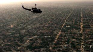 Une hélicoptère survole la capitale de Mogadiscio, en Somalie.