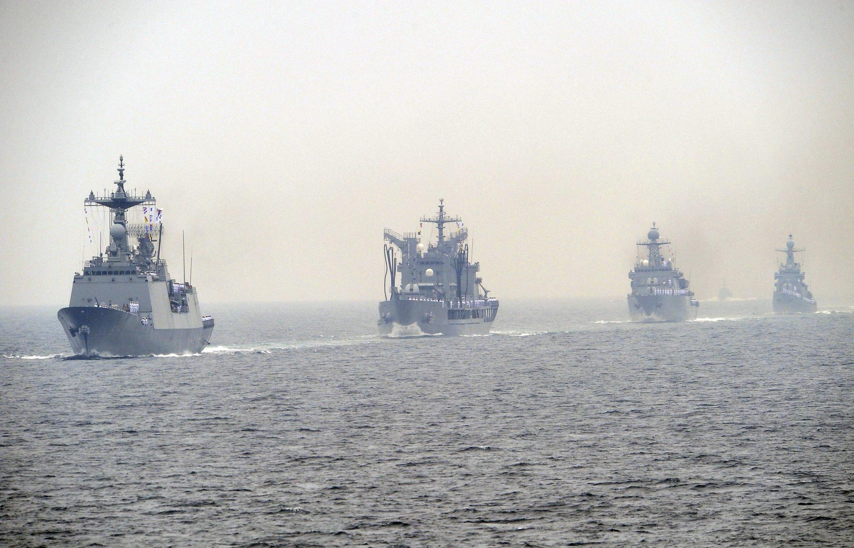Parade de navires de guerre sud-coréens pour marquer le 60e anniversaire du déclenchement de la guerre de Corée (1950-53).