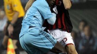 Mamadou Niang se heurte à Gianluca Zambrotta.