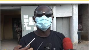 (illustration) Le journaliste béninois Ignace Sossou s'exprime devant ses collègues à sa sortie de prison en juin 2020.