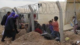 Men talk to newly arrived Syrian refugees at Ceylanpinar refugee camp, 10 November, 2012
