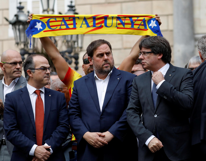 Карлес Пучдемон (справа) и другие члены каталонского правительства наплощади Святого Якова вБарселоне, 2 октября 2017.