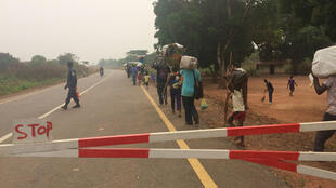 La frontière entre le Congo et l'Angola est fermé au commerce. Seuls les réfugiés ont le droit d'y passer dans les deux sens, selon les autorités angolaises.