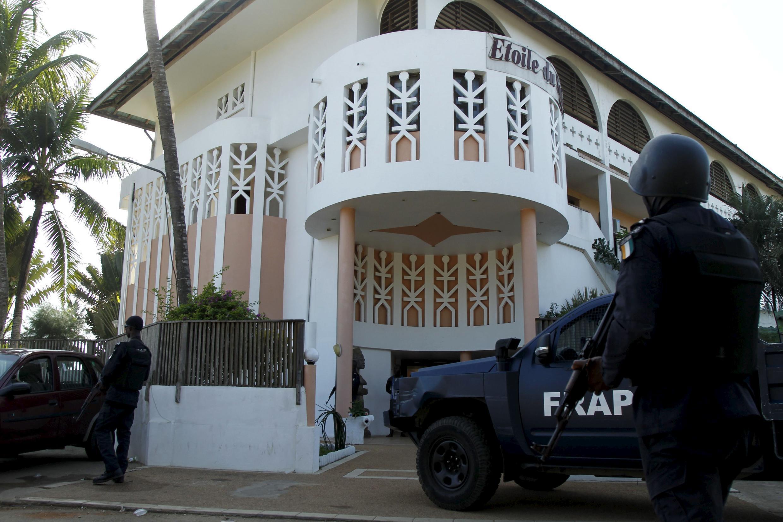 Askari wa Côte d'Ivoire mbele ya hoteli ya Etoile du Sud wakiwalenga wauaji wenye silaha Jumapili hii Machi 13, 2016.